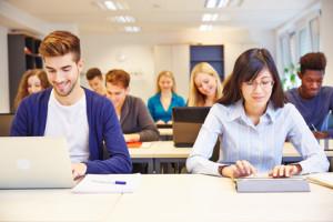 Computerkurs an der Universität mit Studenten