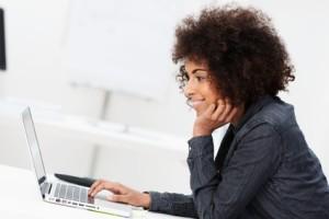 junge afrikanische studentin mit laptop