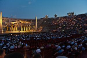 Zuschauer und Bühne in der Arena von Verona bei Nacht