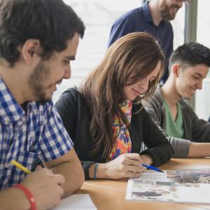 Sprachschüler bearbeiten Lehrmaterialien